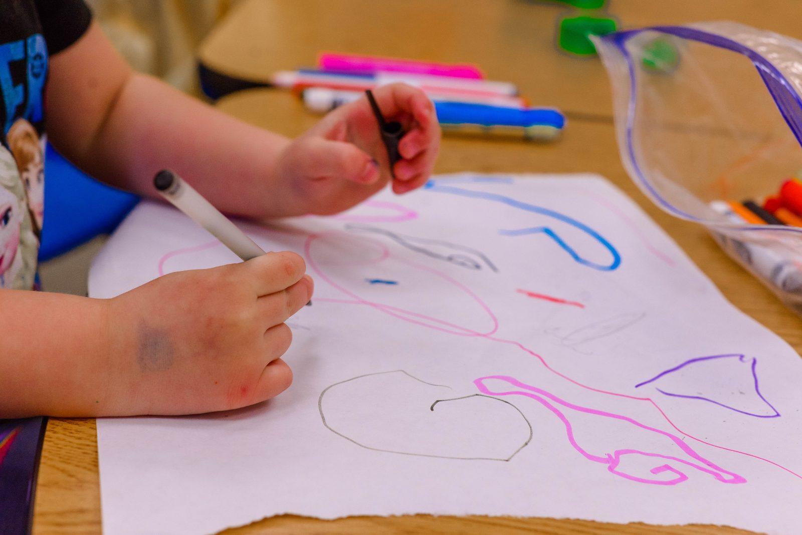 Lapsi piirtämässä