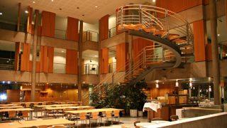 Suurikokoinen musiikkiopiston aula soveltuu hyvin esimerkiksi isompienkin juhlien järjestämiseen