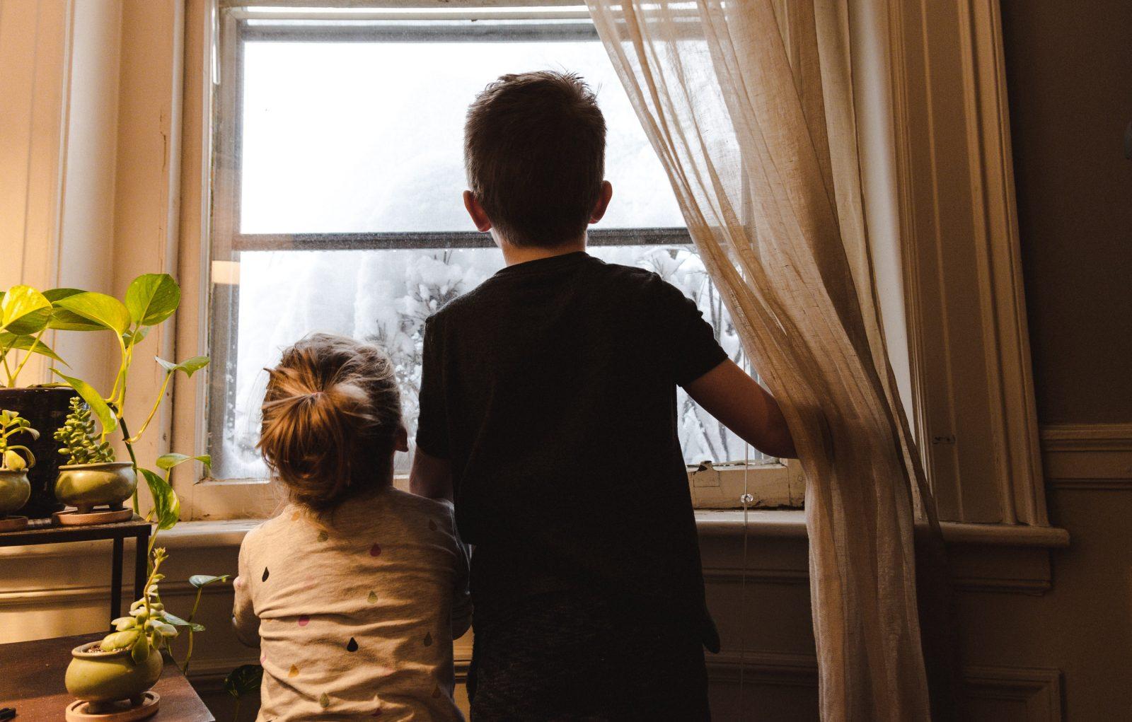 Lapset katsovat ikkunasta ulos