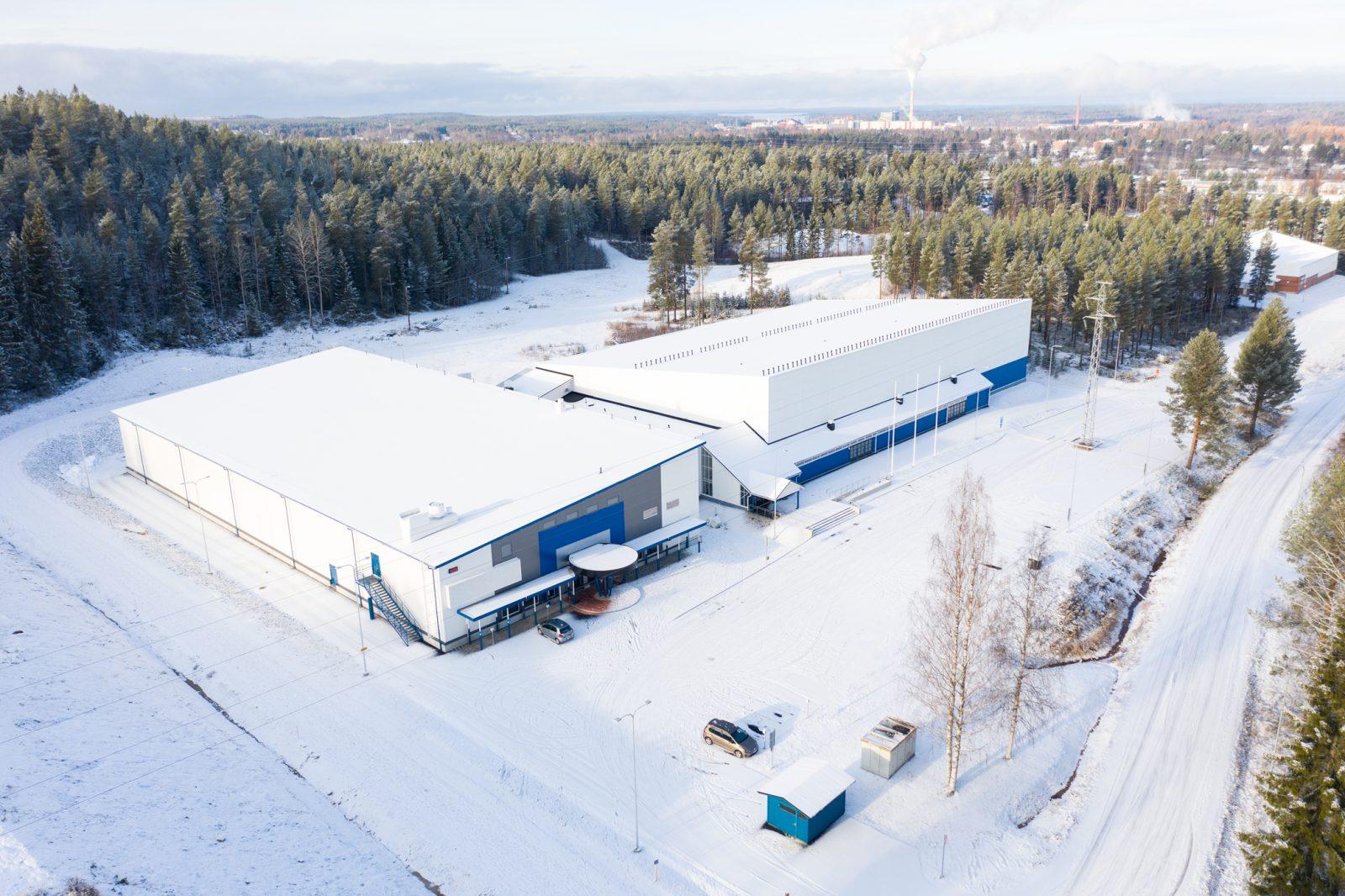 Ilmakuvana Kajaanin molemmat jäähallit talvella