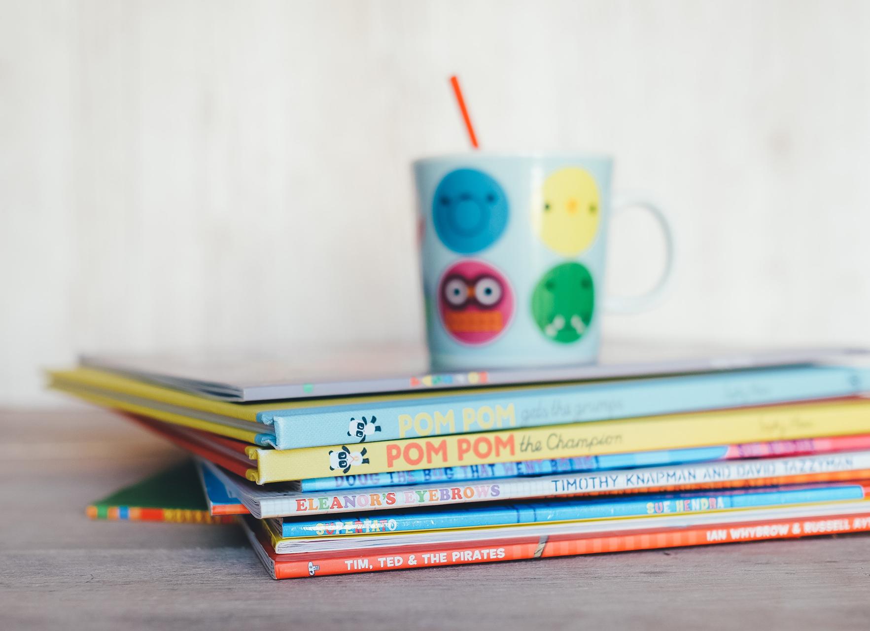 Värikkäitä lastenkirjoja pinossa