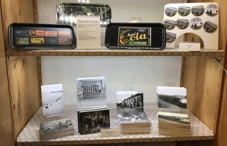 Tarjottimia, muistivihkoja ja magneetteja museokaupassa