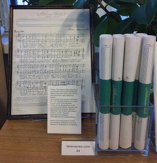 Nälkämaanlaulu-julisteita museokaupassa