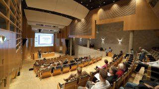 Kiinteät kirjoitustasot ja salin muotoilu tekevät Kouta-salista konserttisalin lisäksi optimaalisen seminaaritilan