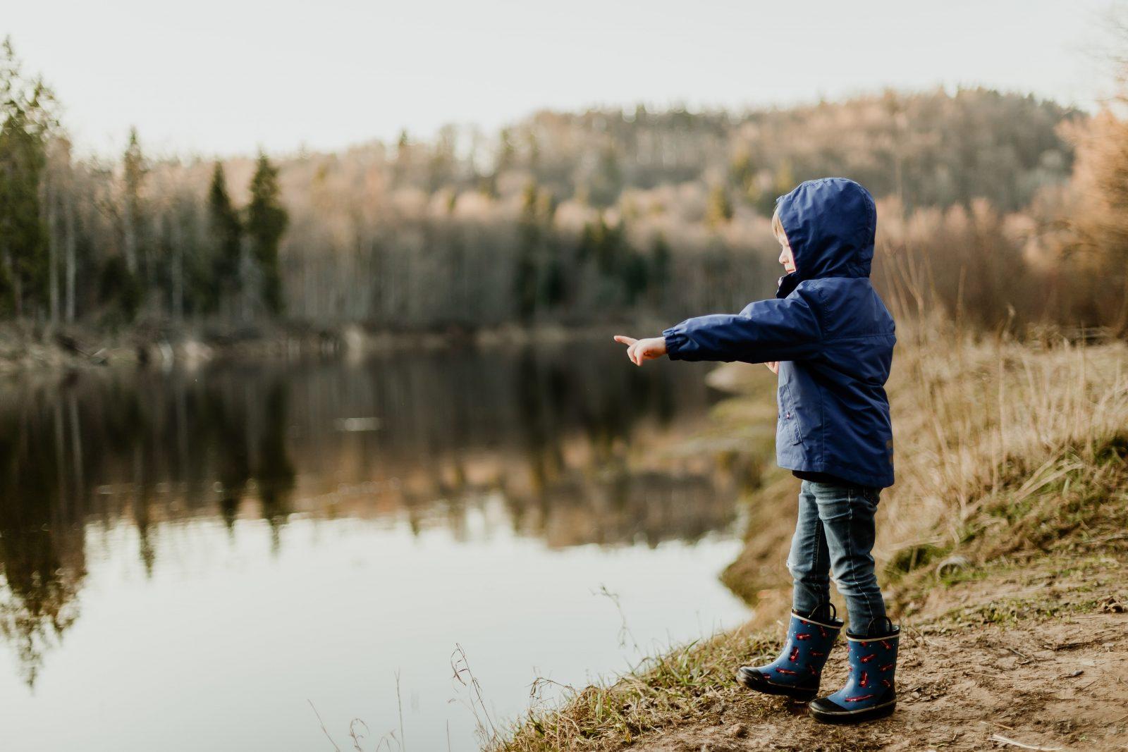 Poika hämmästelee luontoa