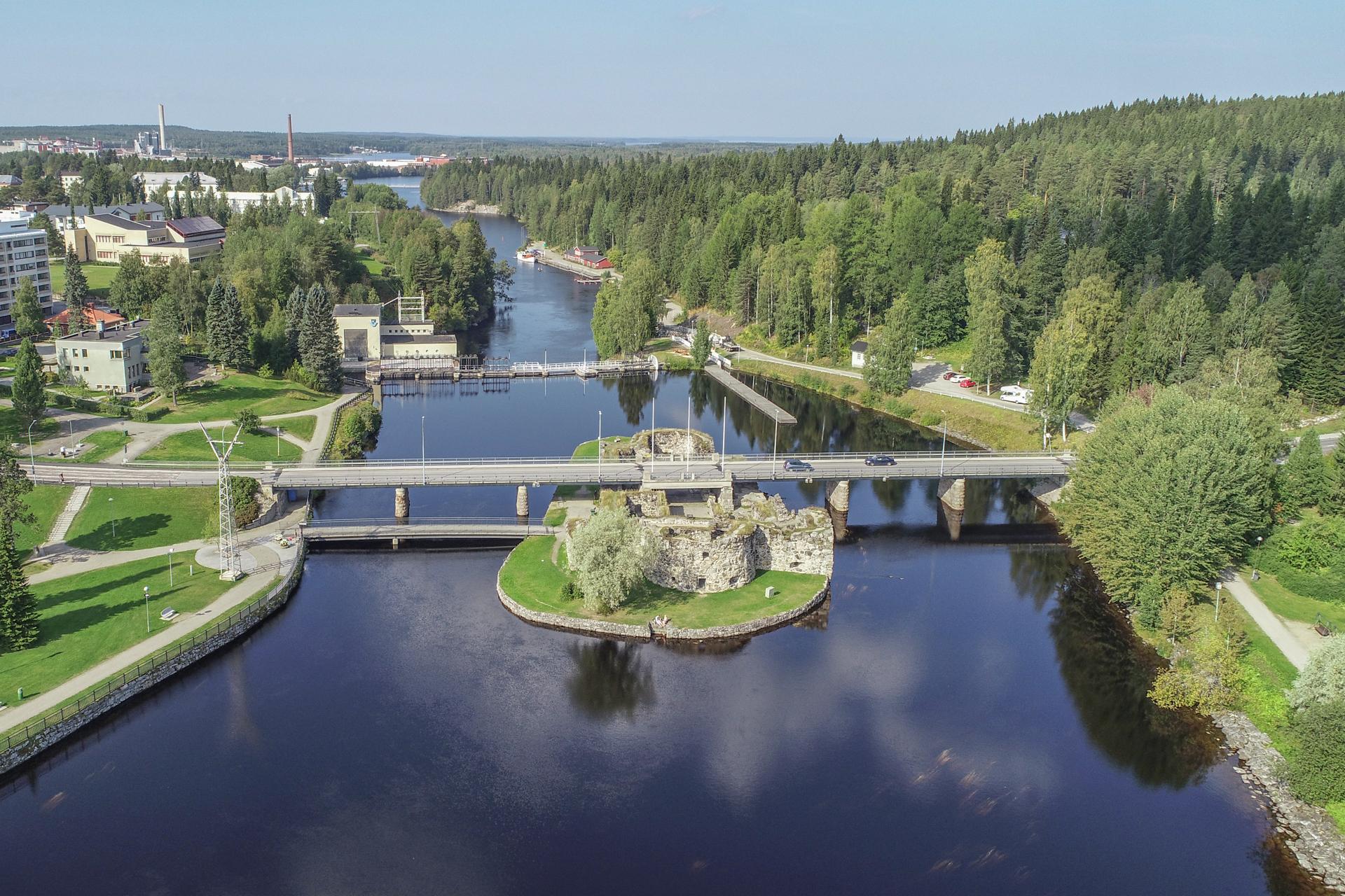 Ilmakuva Kajaanin linnanraunioista ja joesta