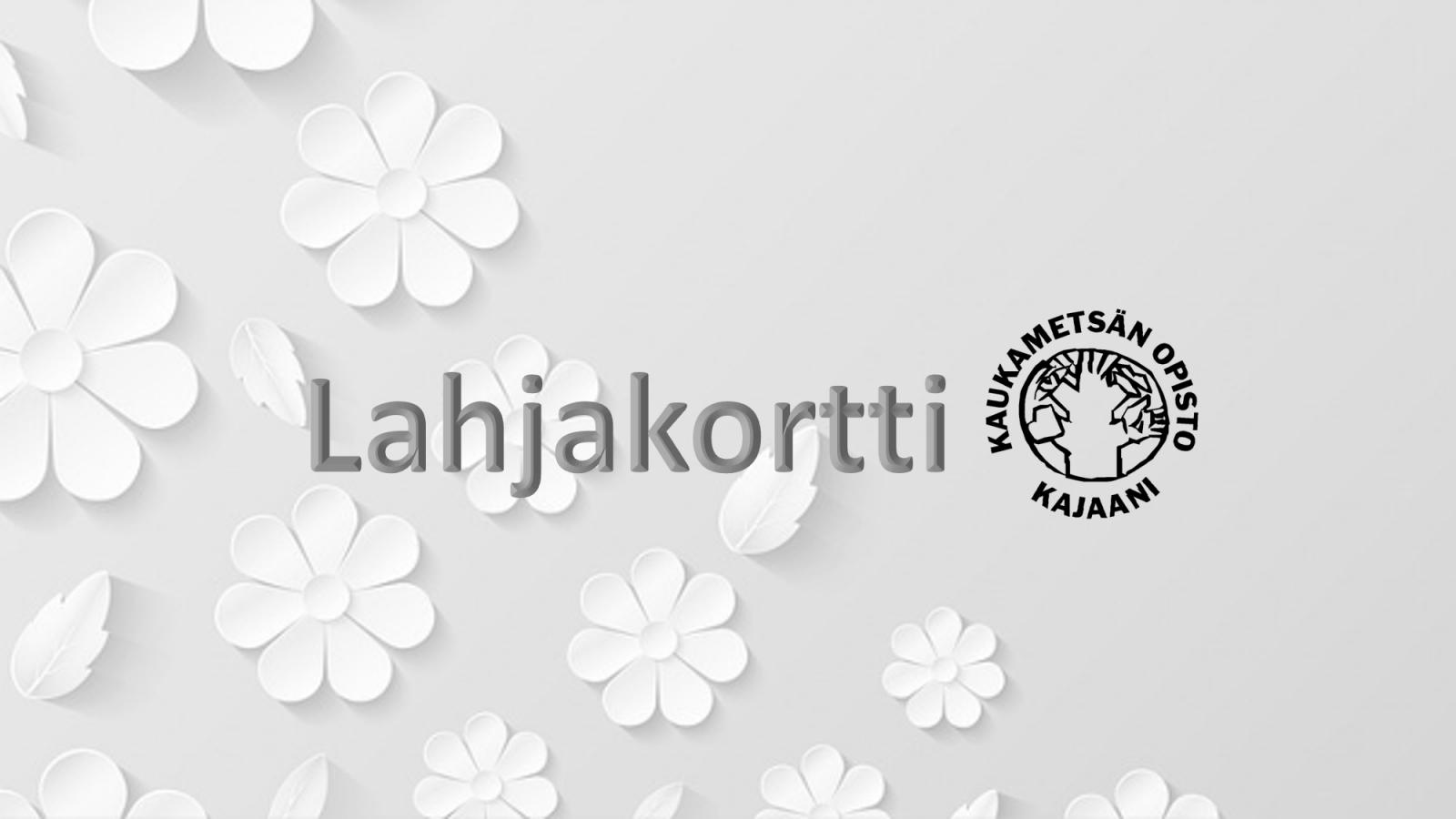 Kaukametsän opiston lahjakortti, harmaalla pohjalla valkoisia kukkia. Teksti lahjakortti ja opiston logo.