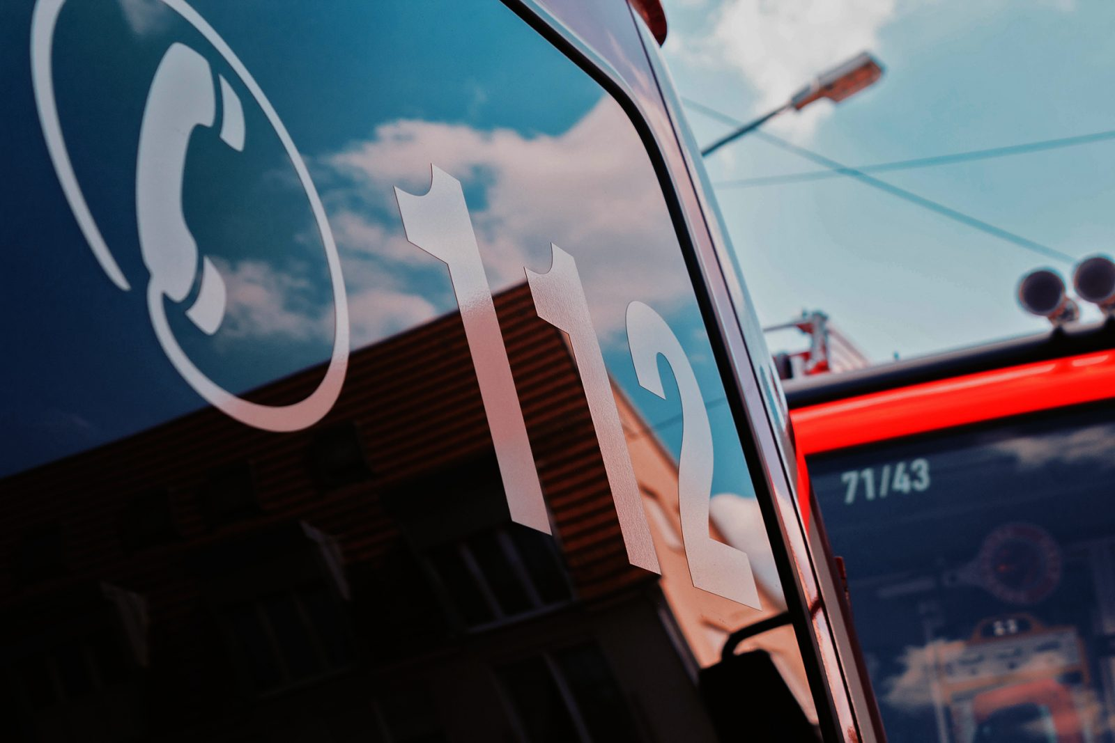 Paloauton ikkuna jossa yleinen hätänumero