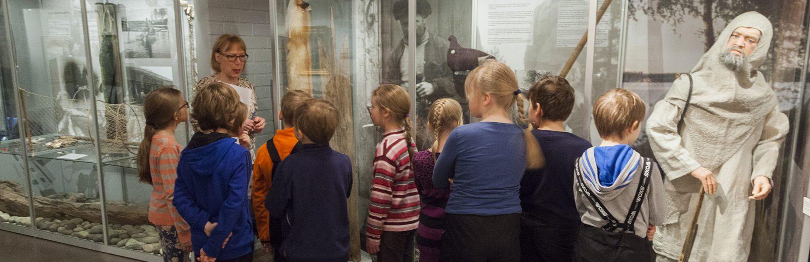 Koululaisopastus museon perusnäyttelyssä