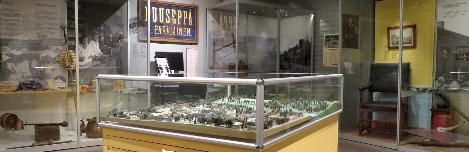 Kajaanista kertova näyttely, keskellä kaupungin pienoismalli.
