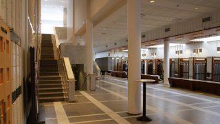 Kaukametsän salin aulasta löytyy narikka ja tilausravintola Suvanto