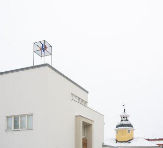 Kuva Kajaanin taidemuseon julkisivusta. Rakennuksen katolla Antti Maasalon teos Tuuliportti: Ilon hetket, 1987.