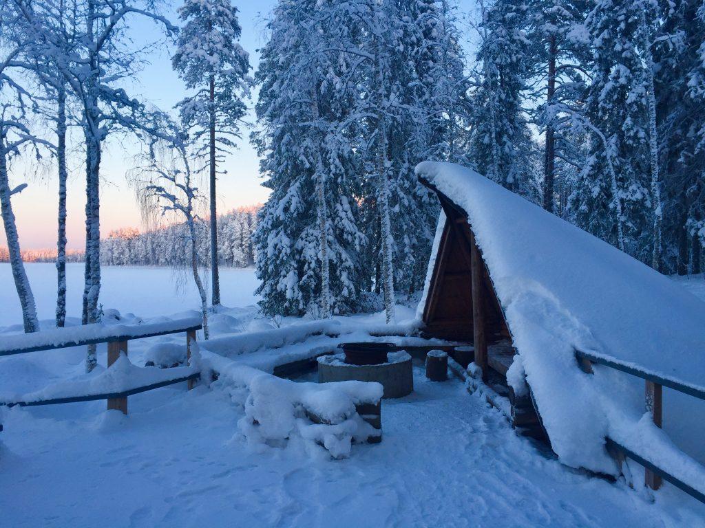 Ruuhijärven kota talvella illan hämärtyessä.