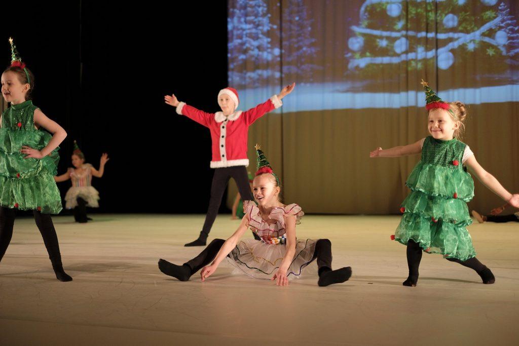 Lapset tanssivat joulunäytöksessä