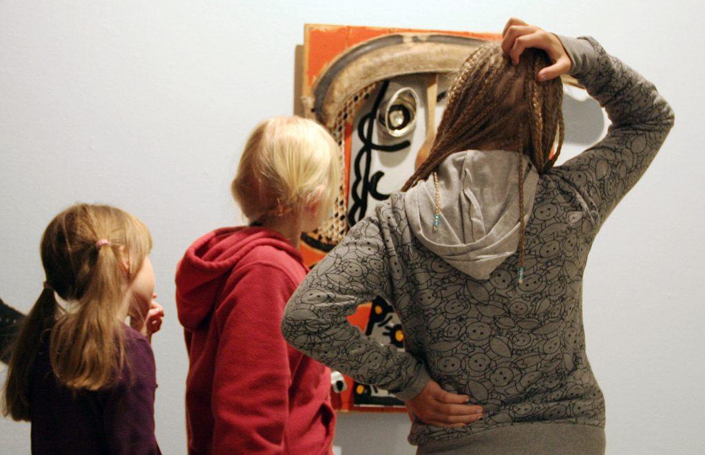 Lapsia Kajaanin taidemuseon näyttelyssä