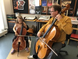 Tyttö ja opettaja sellotunnilla