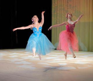 Balettitanssijat esiintyvät näytöksessä