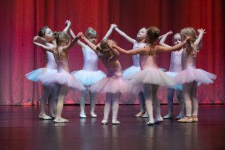 Lapset tanssivat balettinäytöksessä