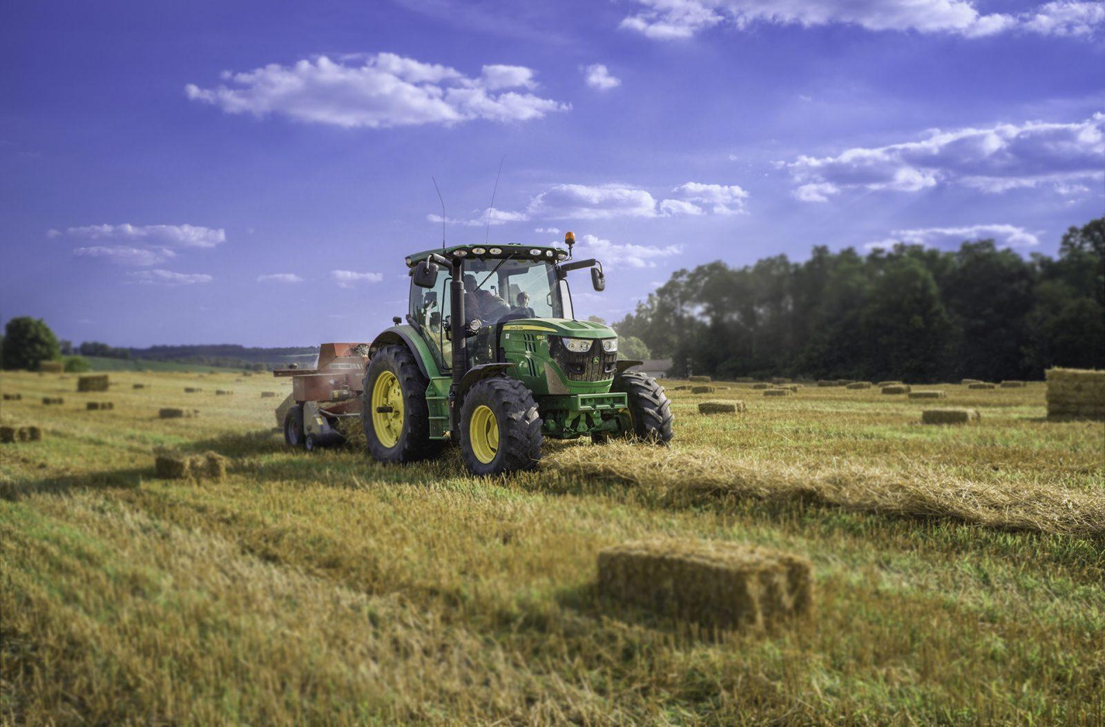 Traktori ajamassa pellolla