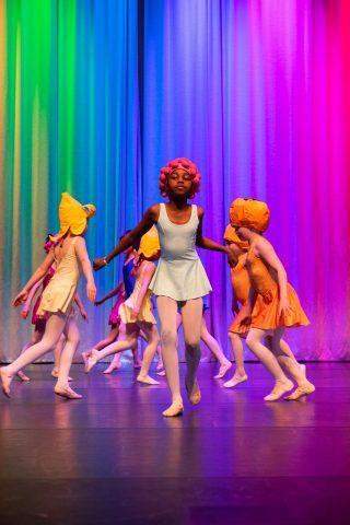 Lapset esiintyvät tanssinäytöksessä