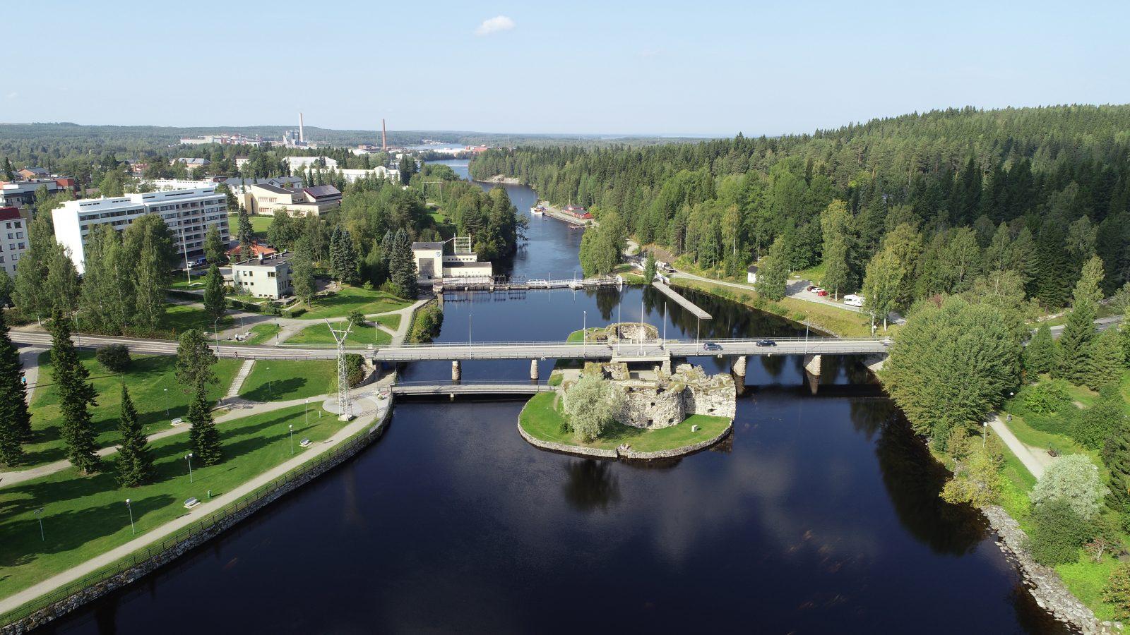 Rauniolinna sijaitsee aivan Kajaanin keskutan tuntumassa Kajaaninjoella