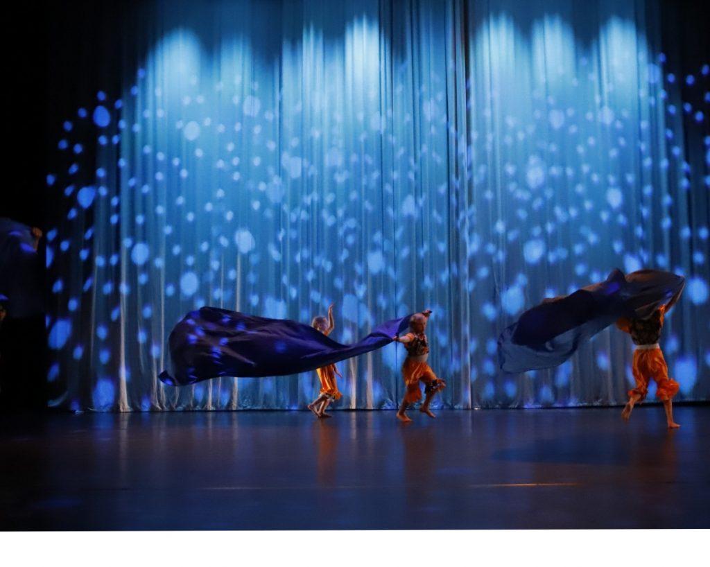 Kajaani Dancen joulunäytönksen tanssiesitys