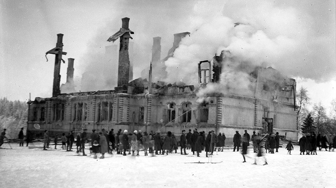 Kajaanin seminaarin normaalikoulun palon jälkeen helmikuussa 1940.