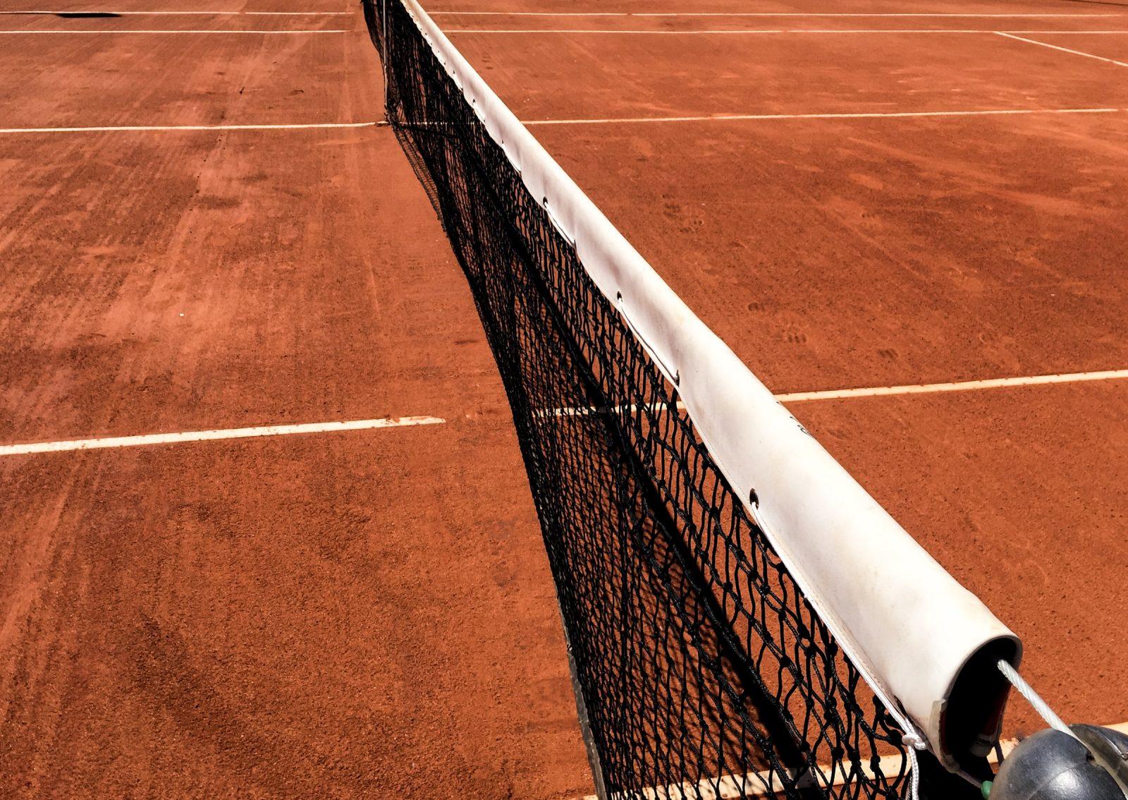 Kuvassa tennisverkko ja -kenttä