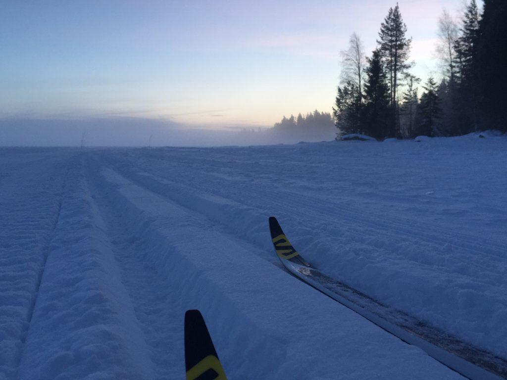 Kuva Nuasjärven ladusta illan pimeytyessä.