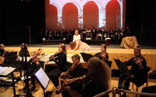 Orkesteri, laulajat ja kuoro esiintyvät Dido ja Aeneas -oopperassa