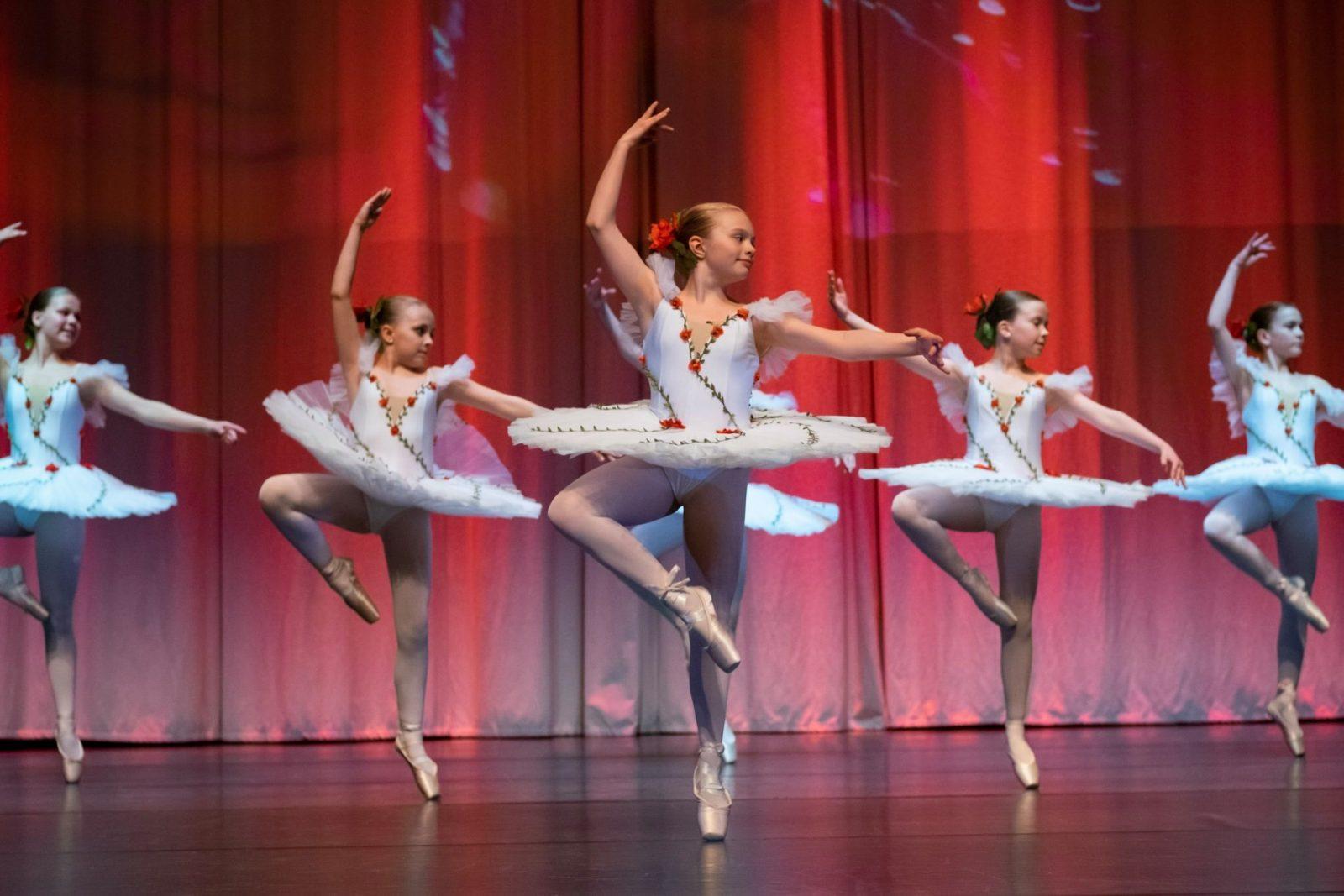 Balettitanssijat esiintyvät tanssinäytöksessä
