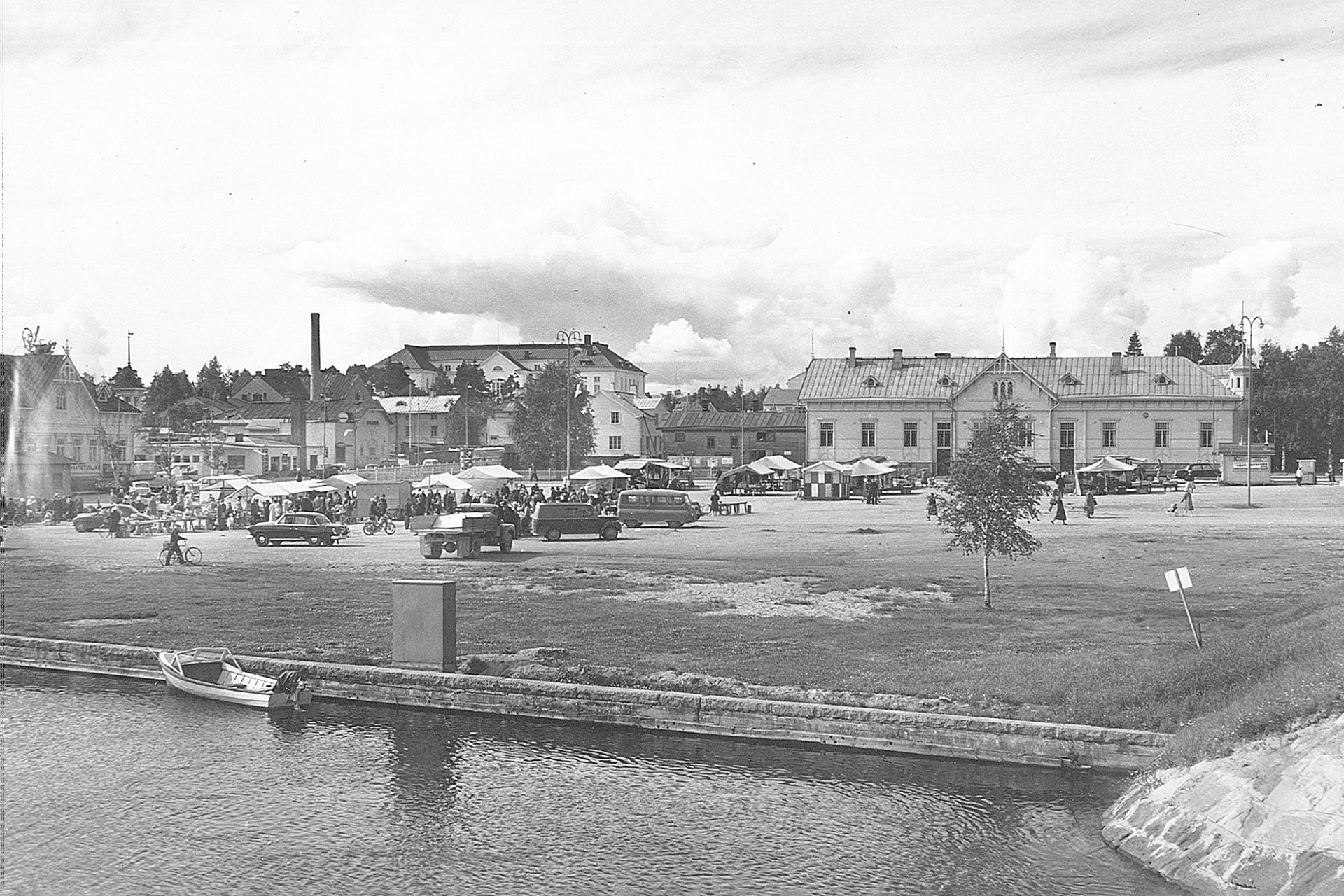 Vanhavalokuva Kajaanin kauppatorin rannasta. Taustalla näkyy teatteri