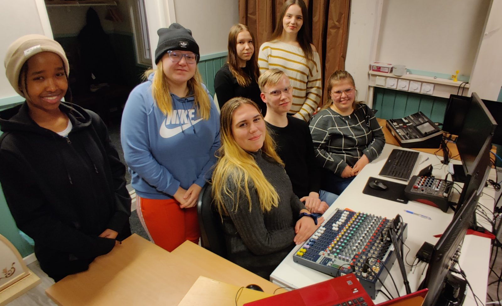 Nuoret kokoontuneet tietokoneiden äärelle