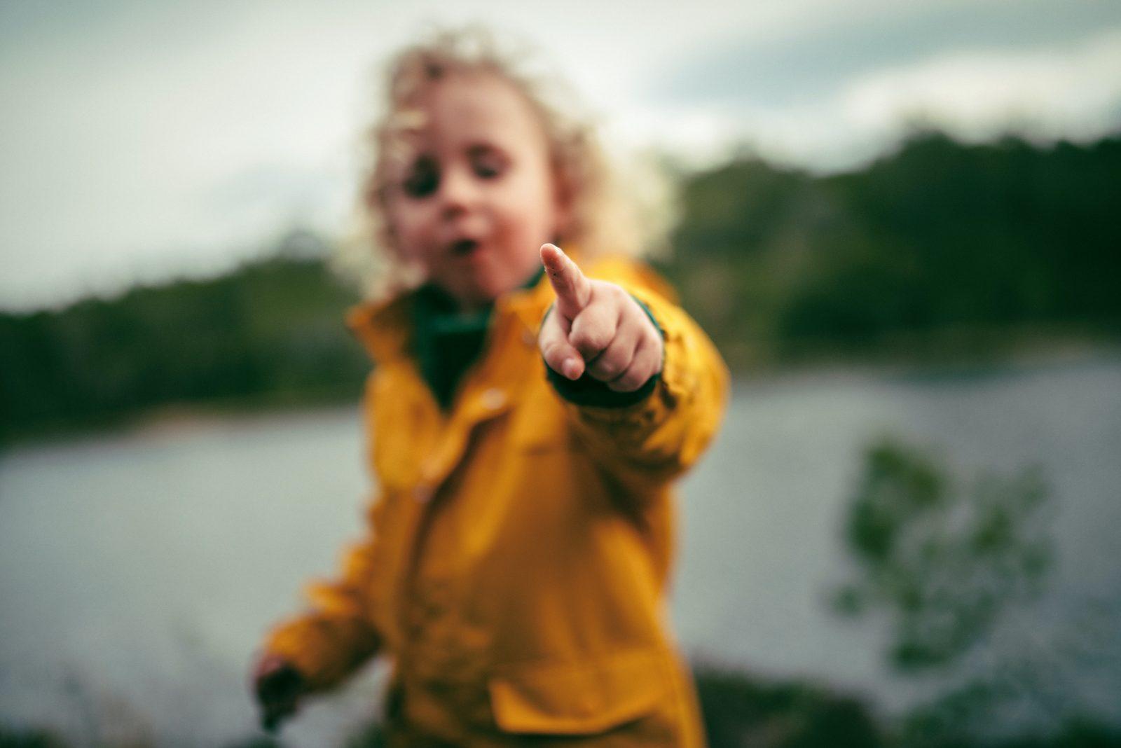Lapsi keltaisessa takissa