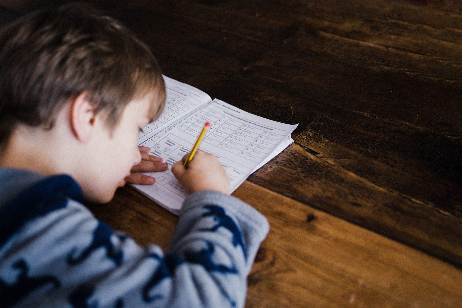 Poika tekee läksyjä