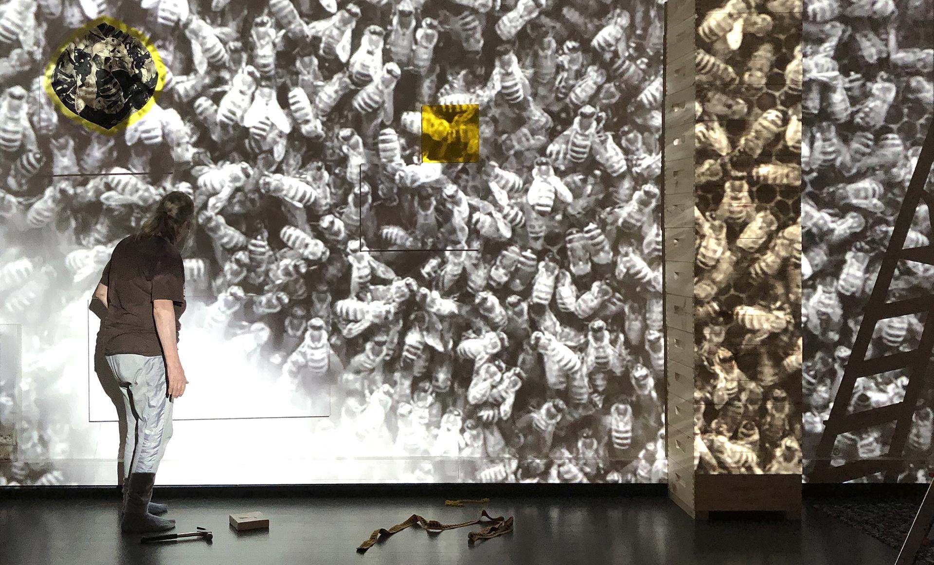 Ritva-Liisa Virtanen installoi teosta Hymn for the Honeybees, 2020-21, Kajaanin taidemuseossa 2021