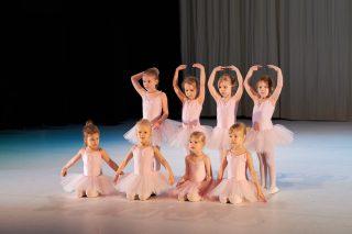 Lapset esiintyvät balettinäytöksessä