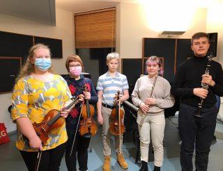 Musiikkiopiston pelimanniryhmän soittajia