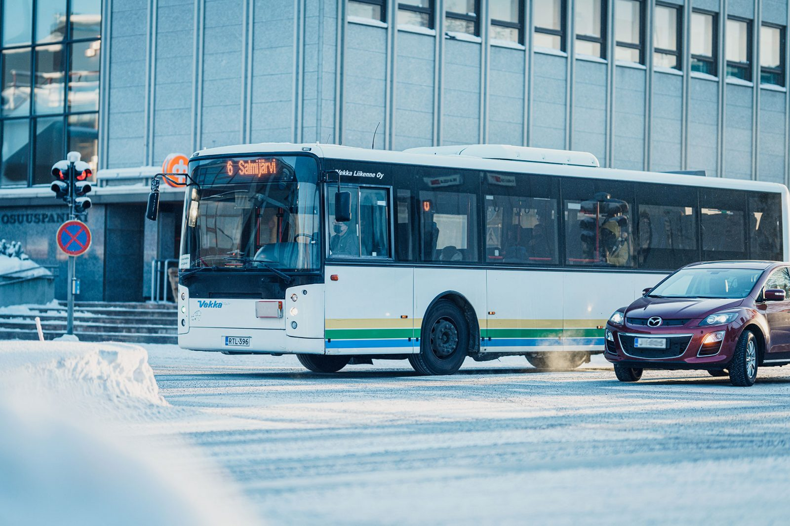 Bussi ajaa kaupungissa