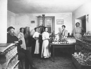 Naisia töissä limonaaditehtaassa