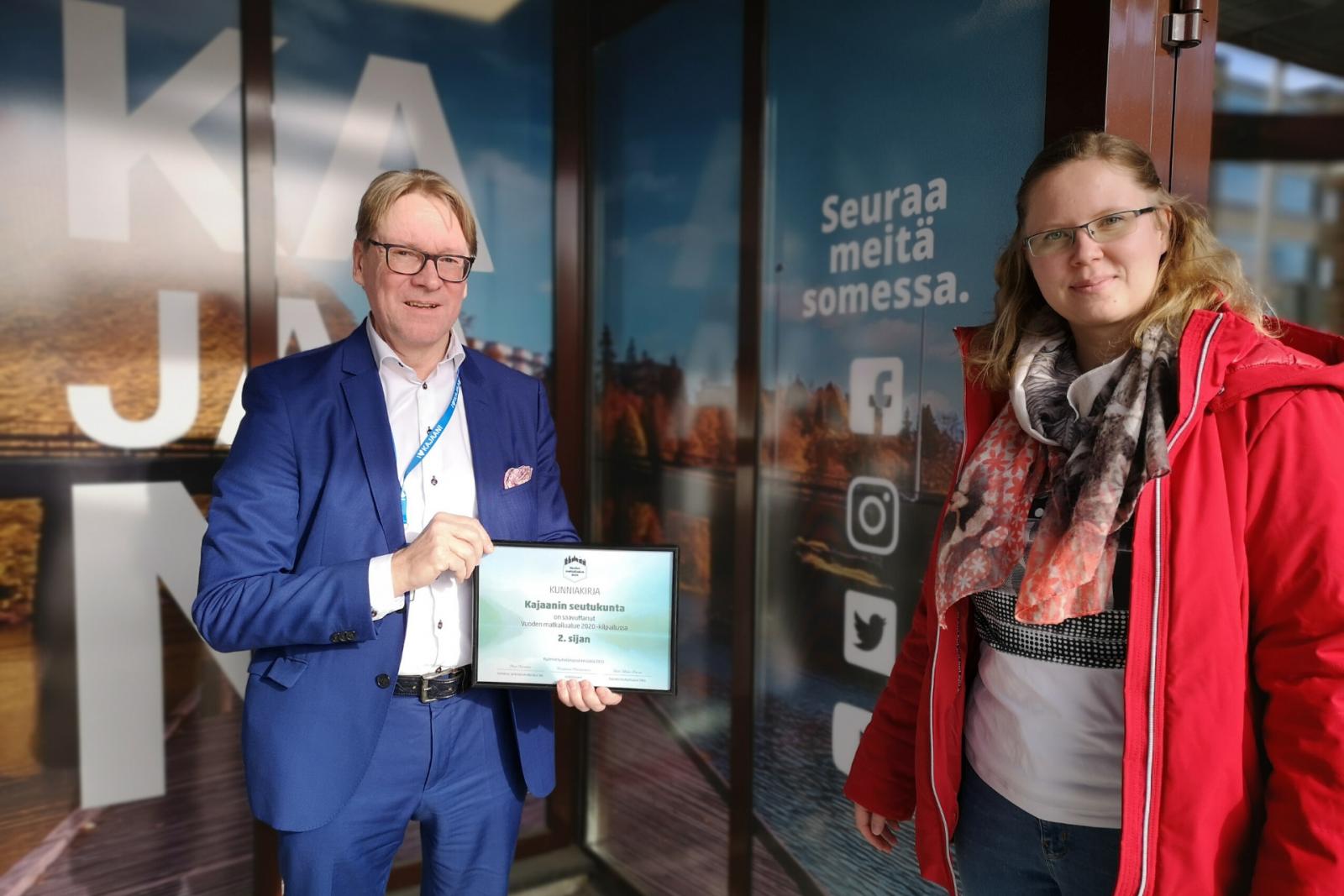 Kajaanin kaupunginjohtaja Jari Tolonen ottaa ilolla vastaan tunnustuksen vuoden seutukunnan toisesta sijasta