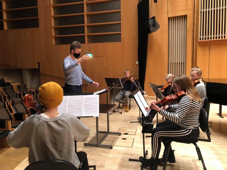 Jousiorkesteri harjoittelee