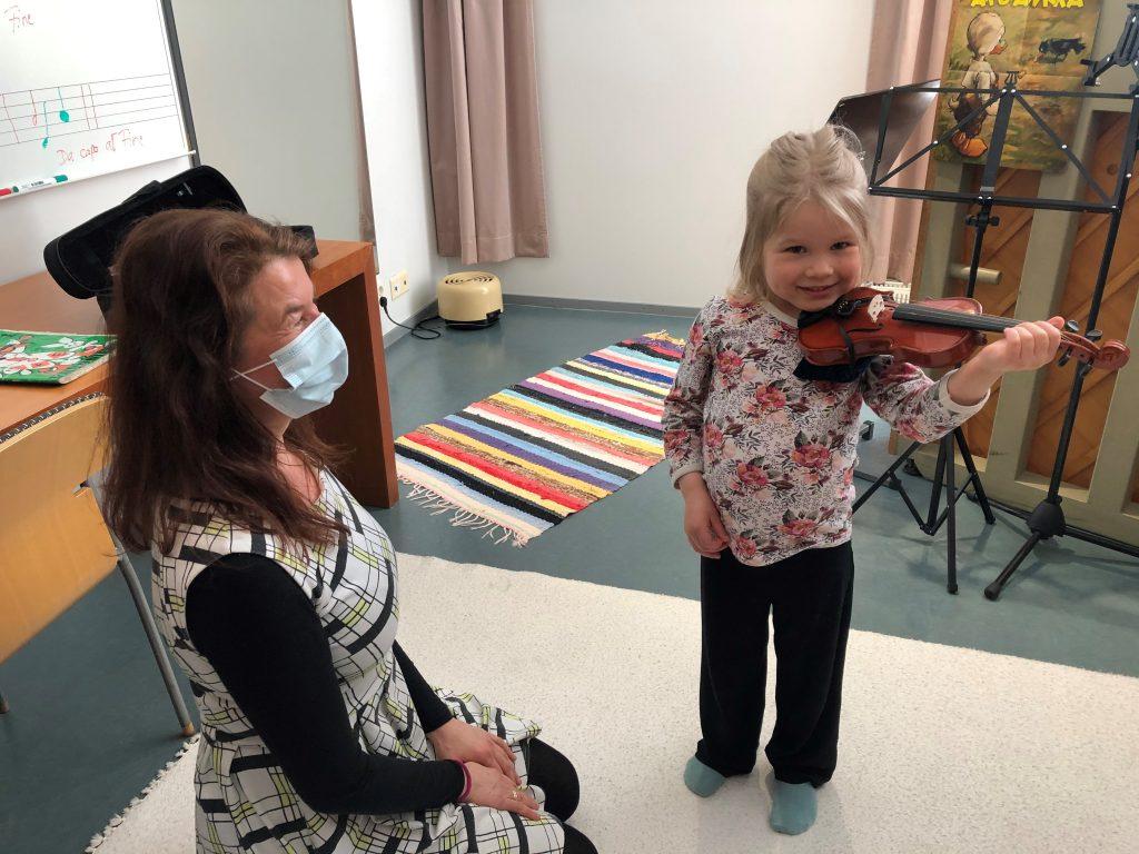 Pieni tyttö viulutunnilla