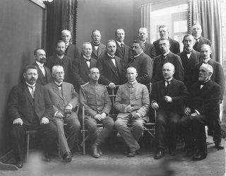 Vanha kuva, jossa miehet ryhmäkuvassa