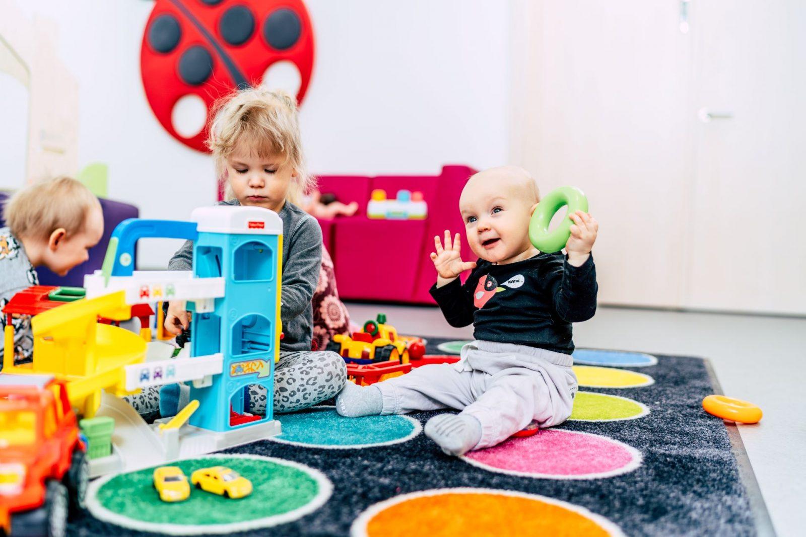 Lapset leikkivät päiväkodissa
