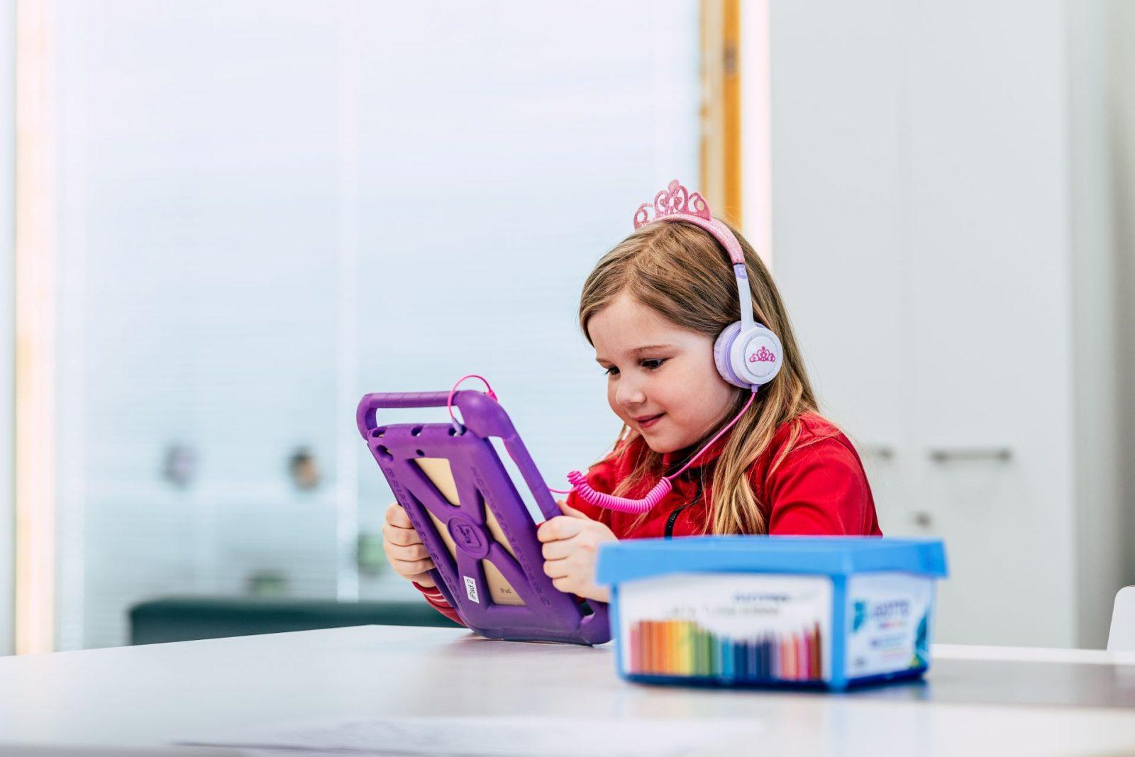Lapset käyttävät sujuvasti Ipadeja oppimiseen