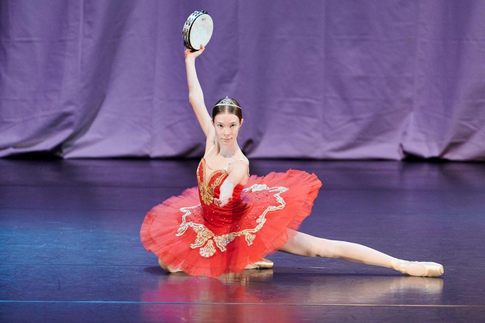 Balettitanssija esiintyy tanssinäytöksessä