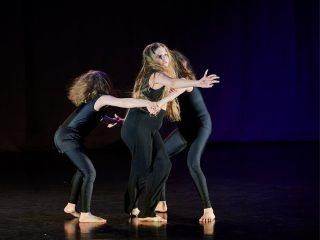 Tanssijat esiintyvät tanssinäytöksessä