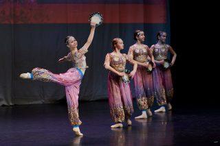 Balettitanssijat esiintyvät itämaisissa puvuissa tanssinäytöksessä