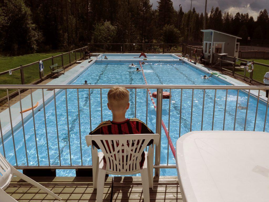 Uimareita Otanmäen maauimalassa